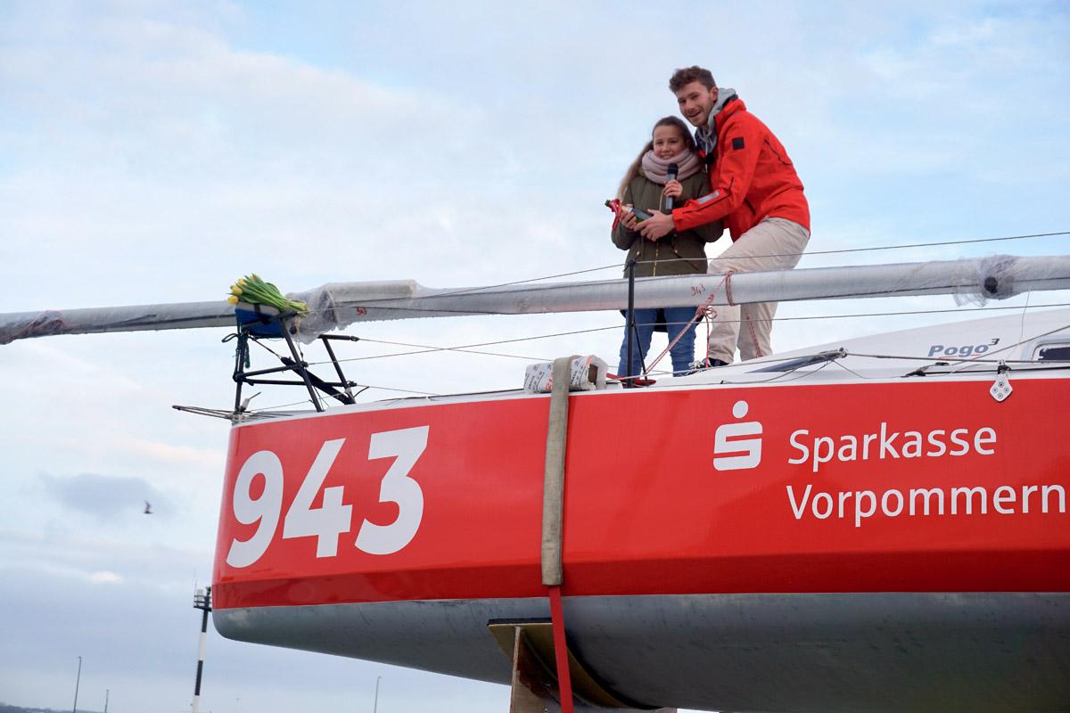 Lennart und Hanna Burke bei der Bootstaufe